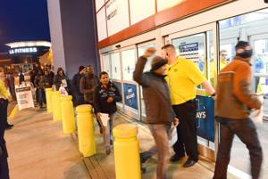 Photos: Thanksgiving Night Shopping at Best Buy 11 26 2015
