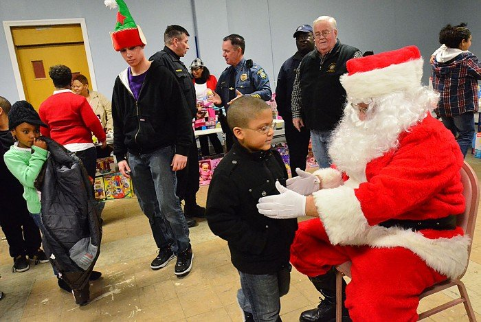 chicago cops bring gifts