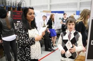 Evaluating experimentsScience fair judges pick winners, encourage participants