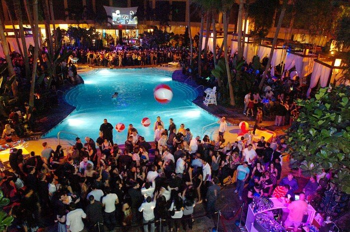 Rowdy crowds before sean diddy 39 39 combs show force harrah for Pool show atlantic city