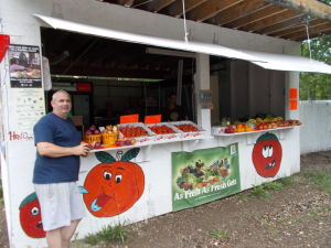 Linn's Farm Market: Linn's Farm Market sells fresh fruit and vegetables.