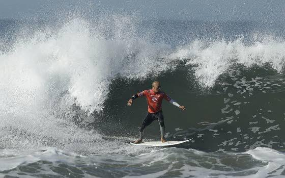 Kelly Slater closes in on 11th world surfing title