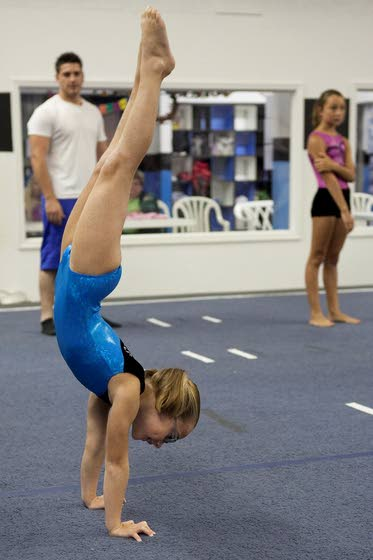 how to hold a handstand for a minute