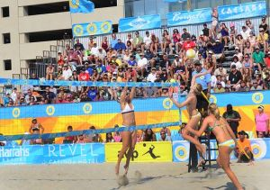 Players Strike Gold In First Visit To A.C.: Crowd watches (l-r) April Ross, Summer Ross and Emily Day in Women's final. Sunday September 8 2013 AVP beach volleyball tournament in Atlantic City. (The Press of Atlantic City / Ben Fogletto)