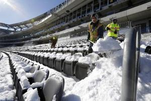 Snowstorm gives crews chance to practice clearing stadium for Super Bowl