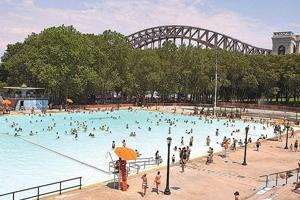 Heat wave hits city; people try to cool off 1