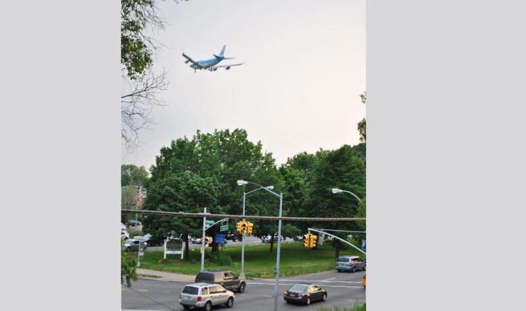 Airplane noise over Queens is decried 1