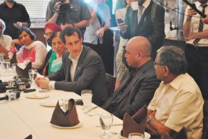 Anthony Weiner talks small business with Asian community in Queens
