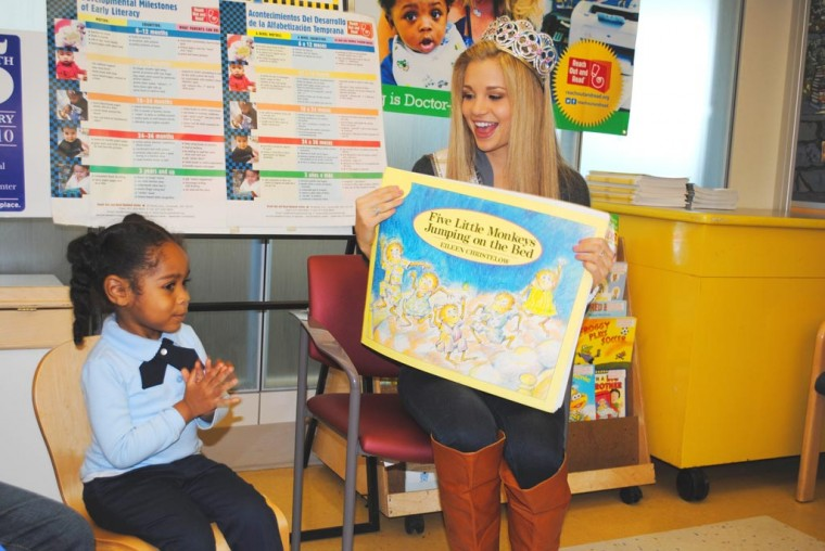 Beauty queen reads to kids in pediatric ward  2