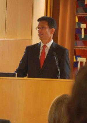 House Majority Leader Eric Cantor visits Jackson Heights; many call for immigration reform outside 2