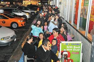 Shopping season opens in Queens 2