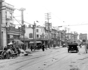 <p>The south side of Jamaica Avenue at Washington Street (today 160th Street) looking west on Dec. 15, 1916 — just 10 days before Christmas with no holiday decorations seen anywhere.</p>