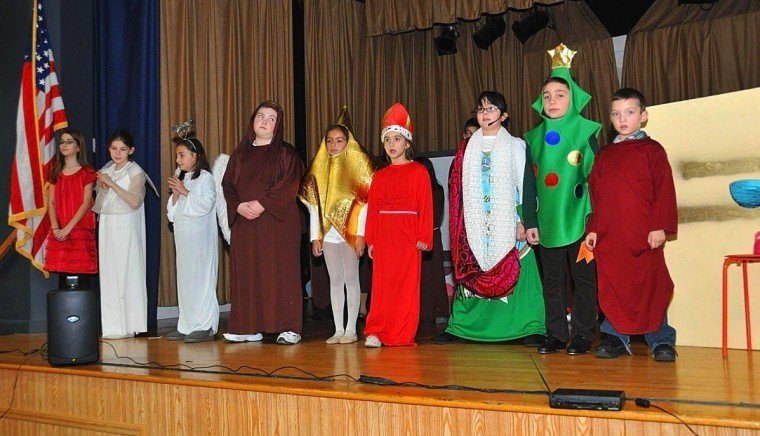 S.T.A.R.S. actors wow crowd with Christmas show