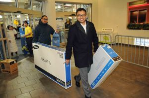 Retail ritual begins across Queens on 'Black Thursday' 3