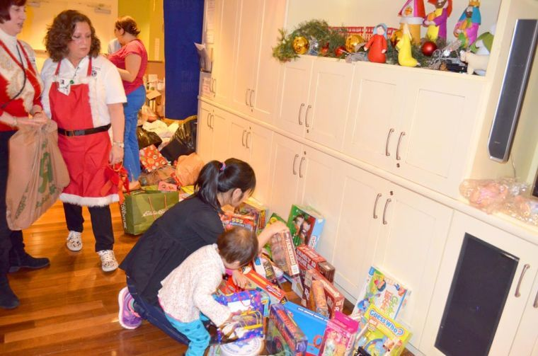 Queens Kiwanians bring Christmas cheer 3