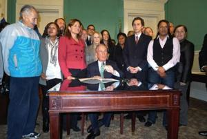 Queens civic blasts mayor at bill signing 1