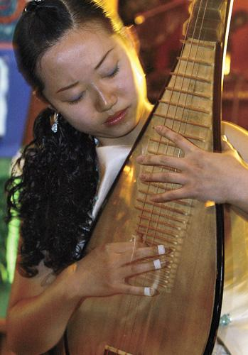 Traditional Chinese musicians perform in Moline