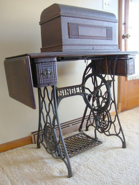 Antique sewing machine solves decorating problem home for Best home decor sewing machine