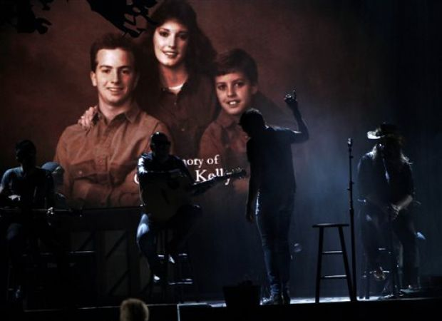 Photos cma awards gallery for Luke bryan brother and sister died