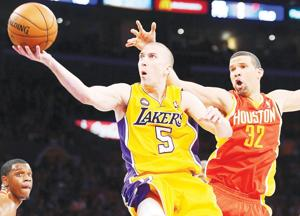 Lakers guard goes to hoop