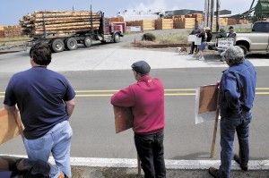 ILWU Local 12 longshoremen protest the use of non-union labor in Coos Bay, Oregon, July 2012. Photo by The World.
