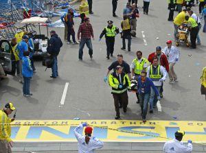 Suman 3 muertos por explosiones en maratón