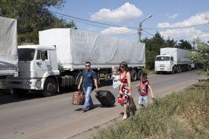 Camiones rusos pasan aduana hacia Ucrania