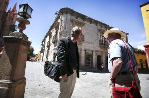 Ex alcalde de San Angelo, Texas, deja todo por amor... a un indocumentado