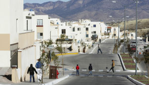 Homes-business complex to span 3 miles along border