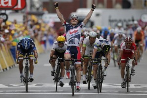 Greipel avoids crash near end