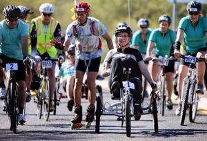 Giffords recorre 64 kilómetros en bicicleta