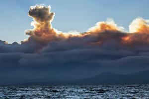 Clima frustra lucha contra incendio en California