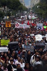 Miles de mexicanos protestan por 43 desaparecidos