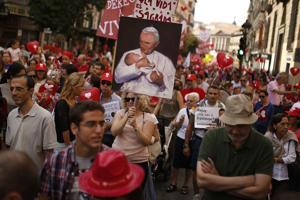 España retira reforma de aborto, renuncia ministro