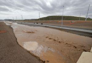 Cierran por inundación autopistas cerca de Phoenix