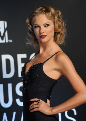 Photos: Taylor Swift sets 2 world records