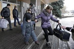 Civiles huyen de ciudad asediada en este de Ucrania