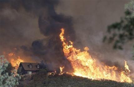 Muere un bombero, residentes huyen ante fuegos en California