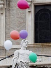 El papa Francisco cambia las palomas de paz por globos