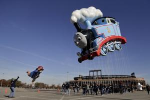 El helio eleva globos el Día de Acción de Gracias