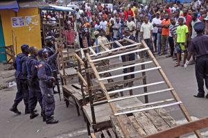 Barrio rodeado en Liberia para contener el ébola