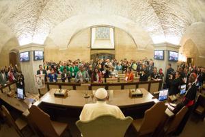 El papa insiste en su defensa de los pobres