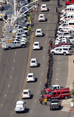 Efectúan procesión por bomberos muertos en Arizona