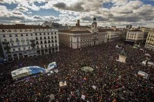 """""""Podemos"""" hace masiva demostración de fuerza en España"""