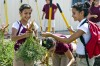 Estudiantes se alimentan de sus cosechas