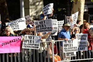Políticos se unen a protesta contra polémica ópera
