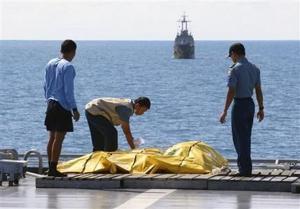 Por primera vez logran extraer cadáveres de avión de AirAsia