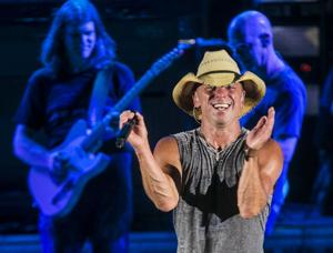 Review: Chesney wows singing crowd in Tucson reunion
