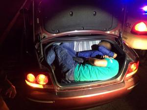Agents find 3 in car trunk south of Tucson