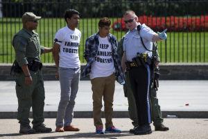 Activistas se dejan arrestar ante Casa Blanca por reforma migratoria